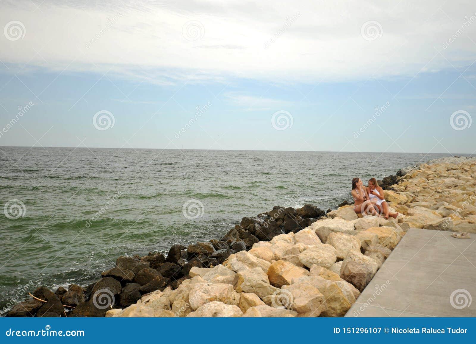 Pares lésbicas na costa do Mar Negro que tem o divertimento