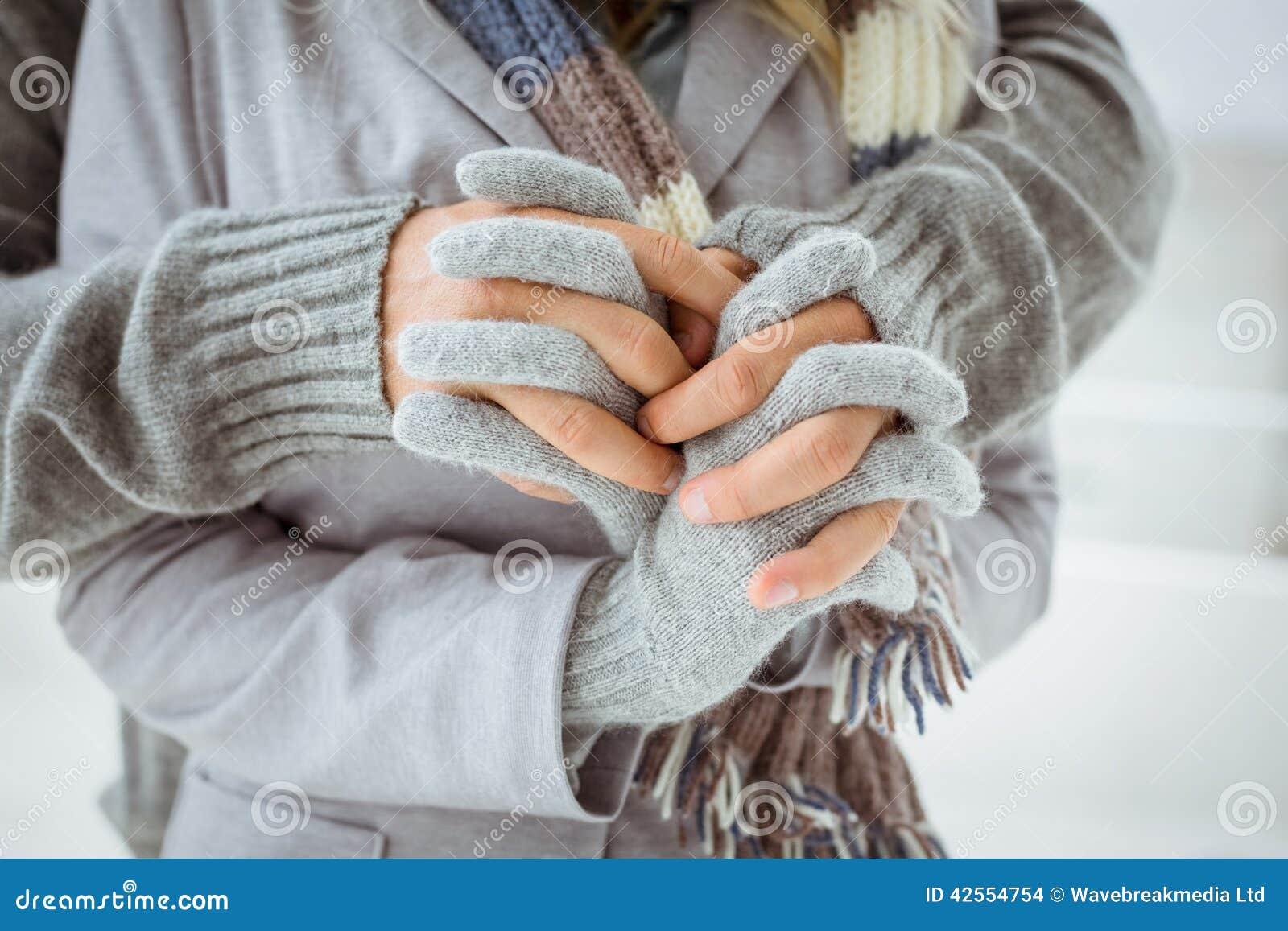 Pares lindos en la ropa caliente que lleva a cabo las manos