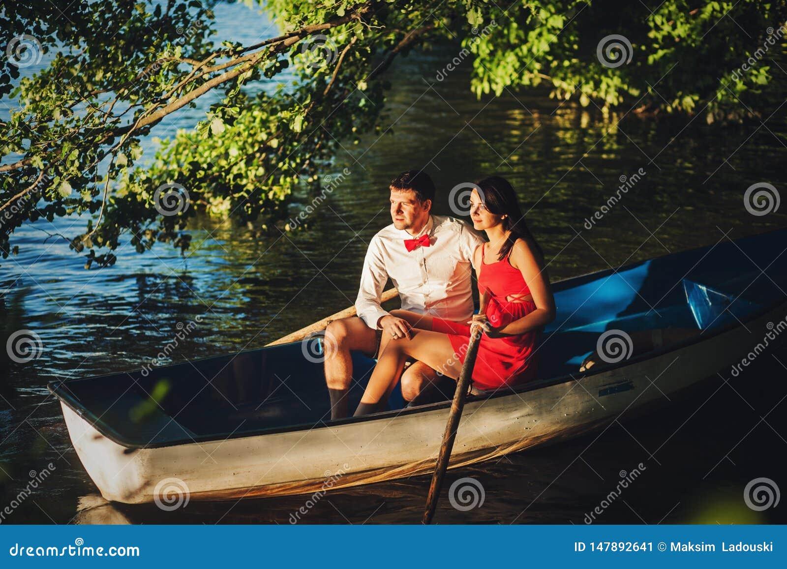 Pares lindos en un barco