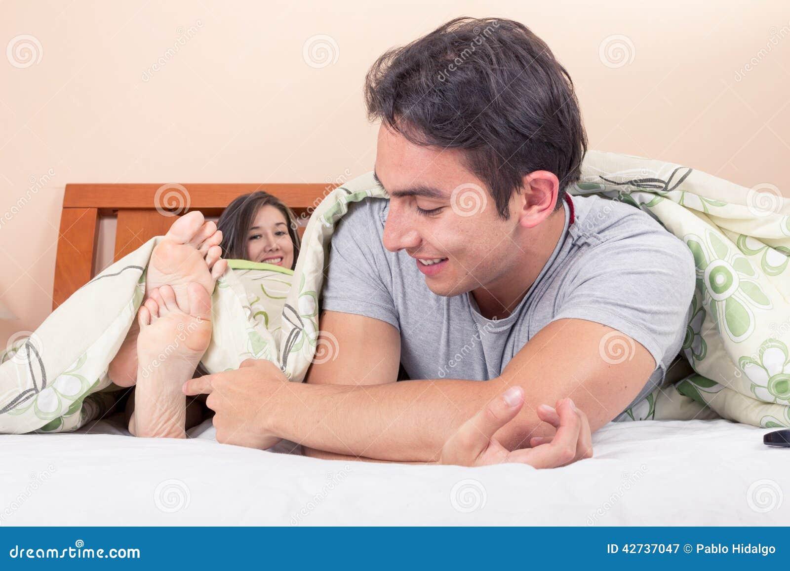 2 pares de pies de ébano en la cama 8