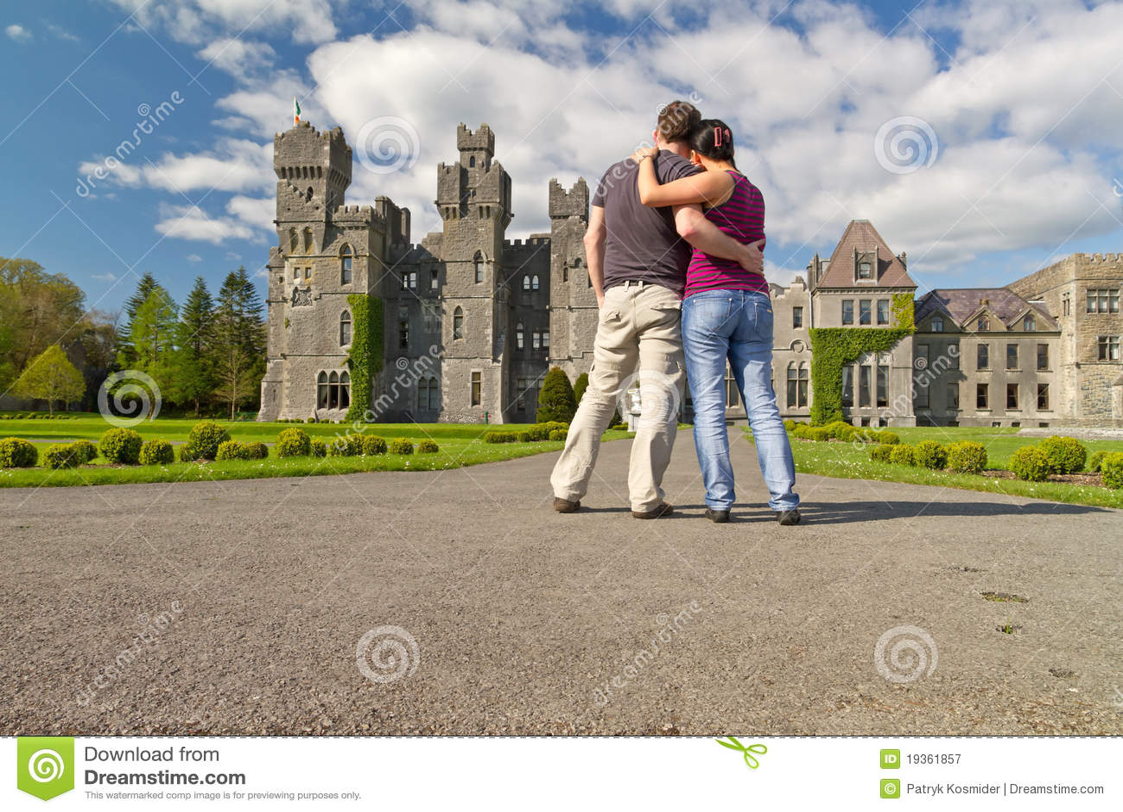 Pares Loving em jardins do castelo