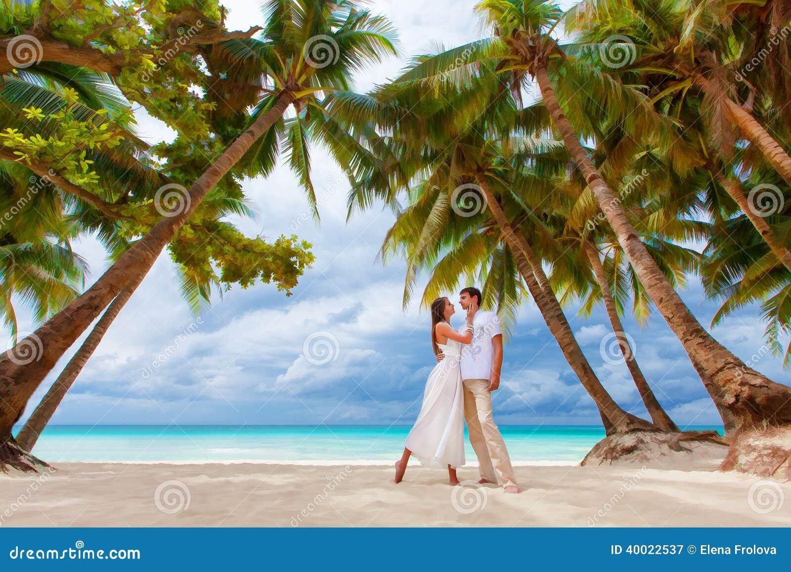 Pares loving na praia tropical com palmeiras, casamento o