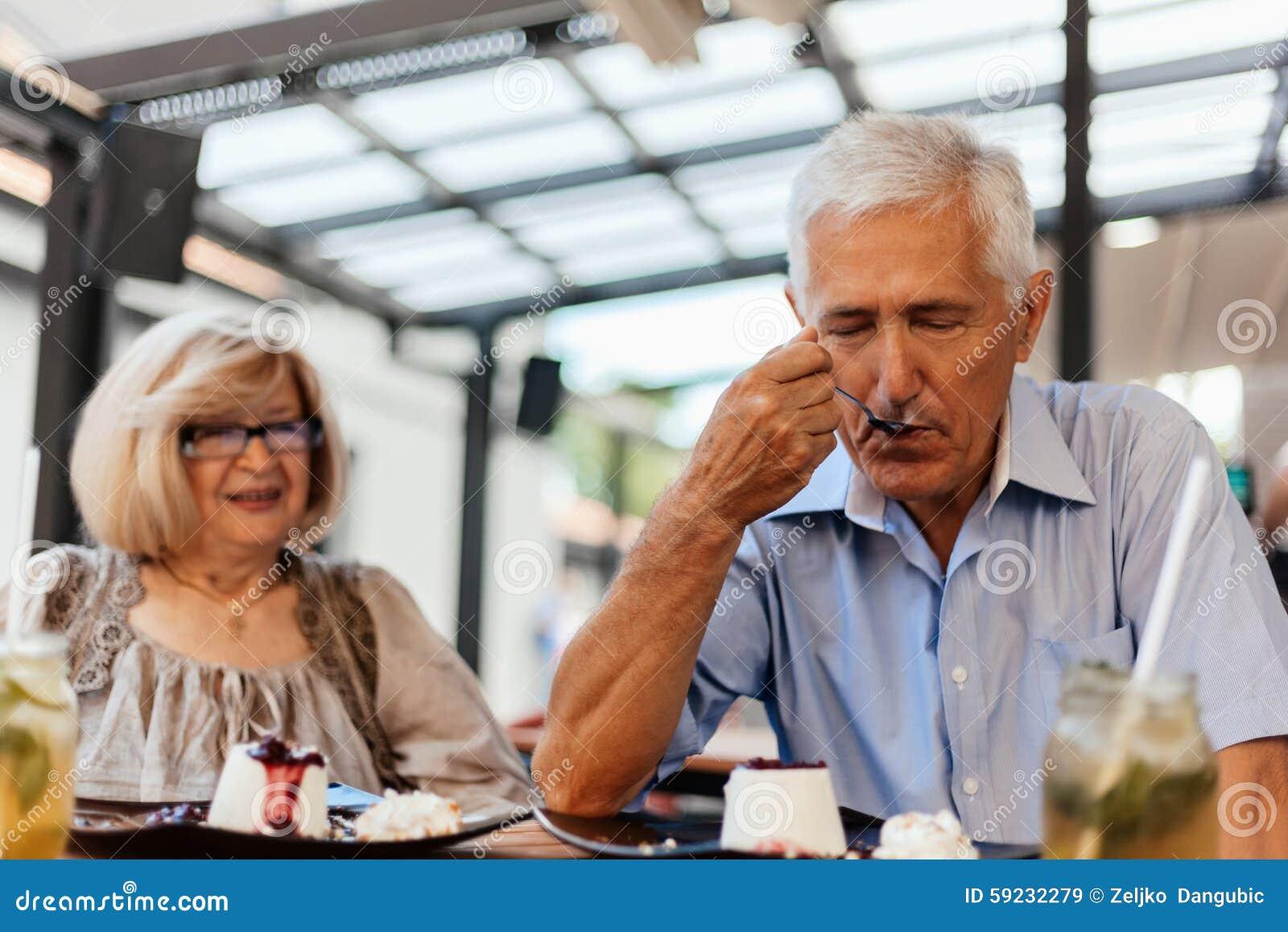 Pares maduros en restaurante