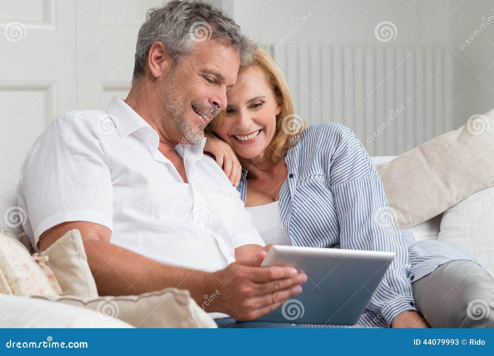 Pares maduros felices con la tableta