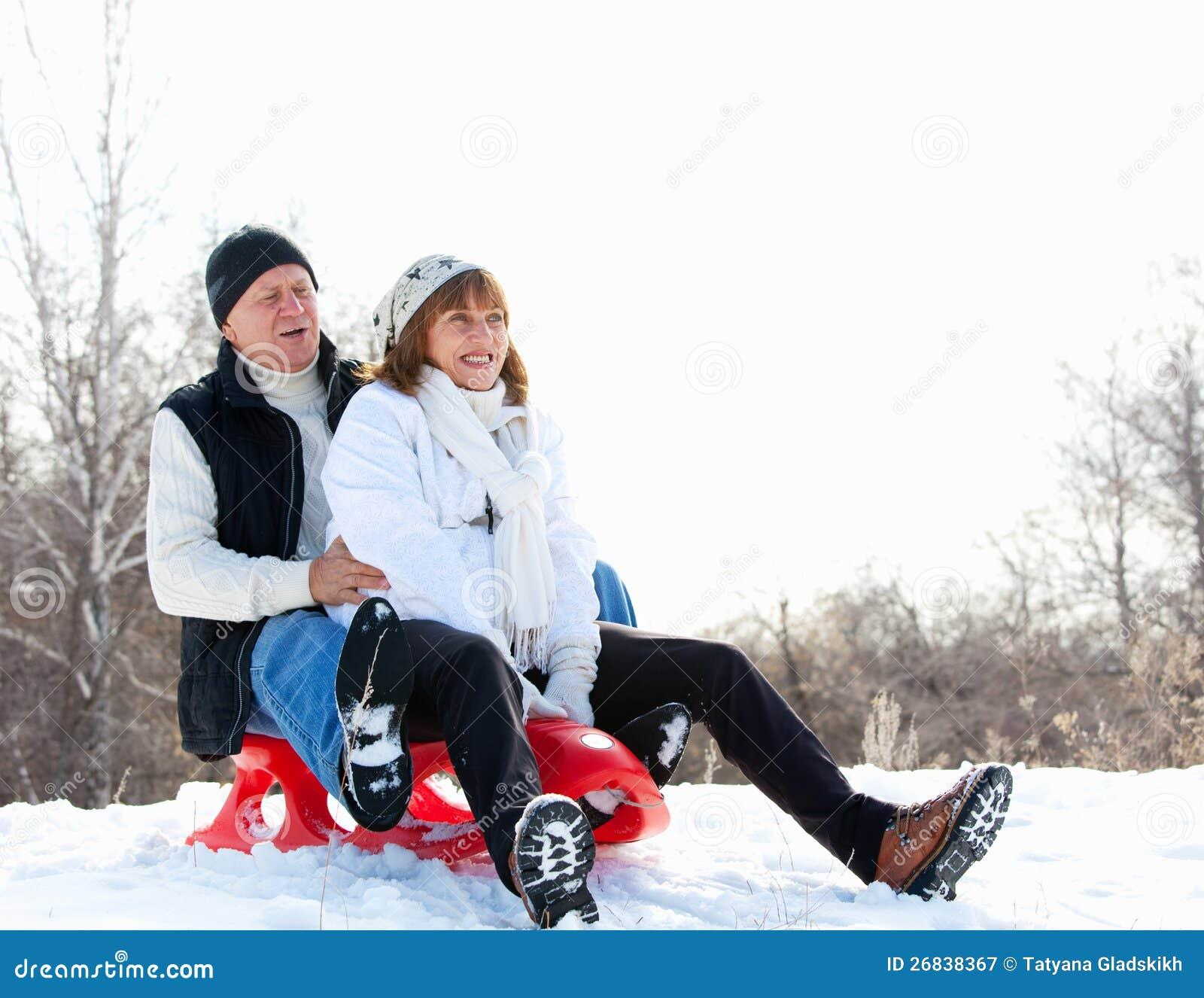 Pares maduros que sledding