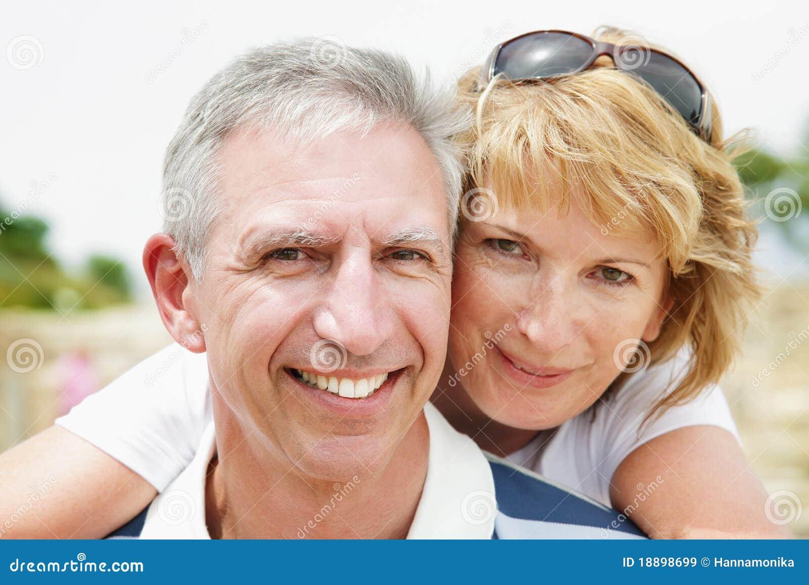 Pares maduros que sonríen y que abrazan