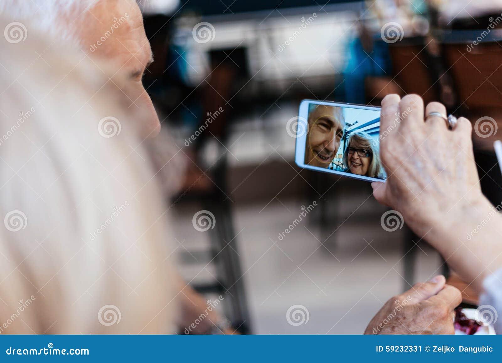 Download Pares Maduros Que Toman El Selfie Imagen de archivo - Imagen de disfrute, heterosexual: 59232331