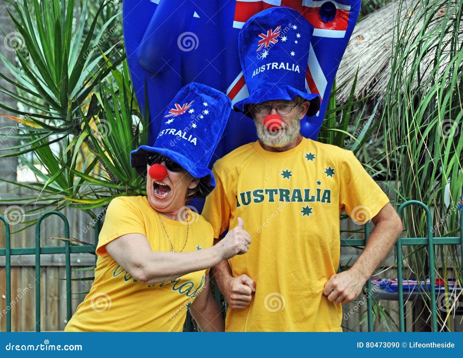 Pares mayores australianos patrióticos tontos divertidos que celebran el día de Australia