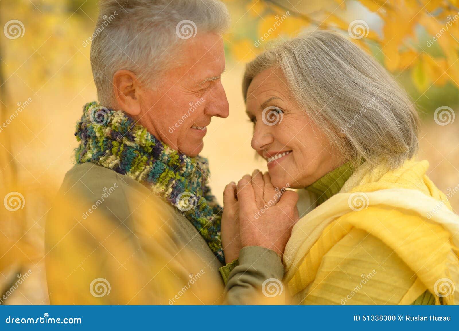 Pares mayores en parque del otoño