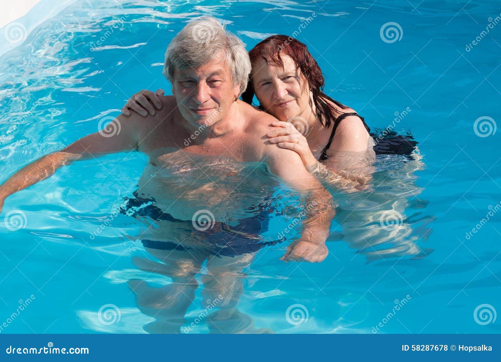 Pares mayores en una piscina