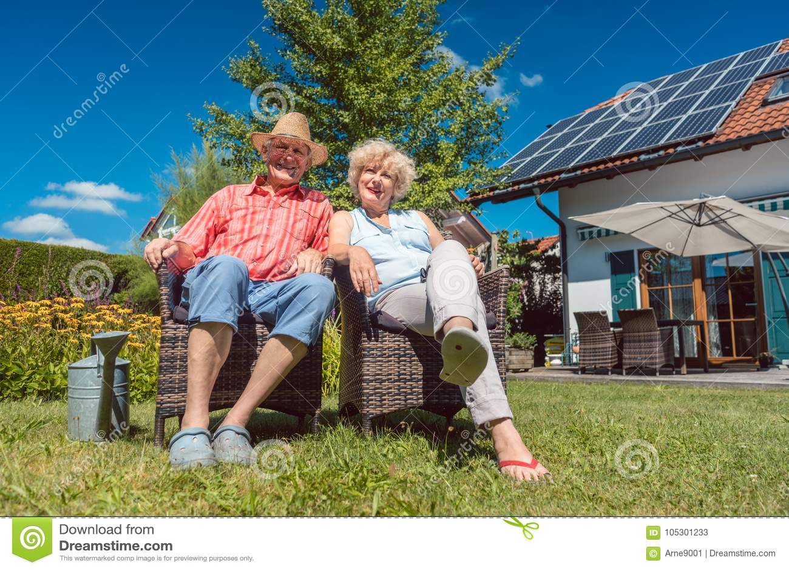 Pares mayores felices en el amor que se relaja junto en el jardín en a