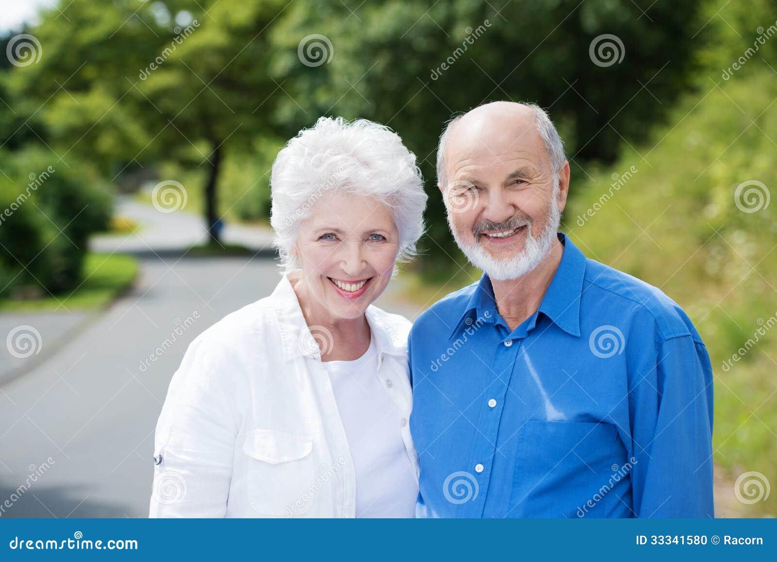 Pares mayores que se colocan en un camino rural