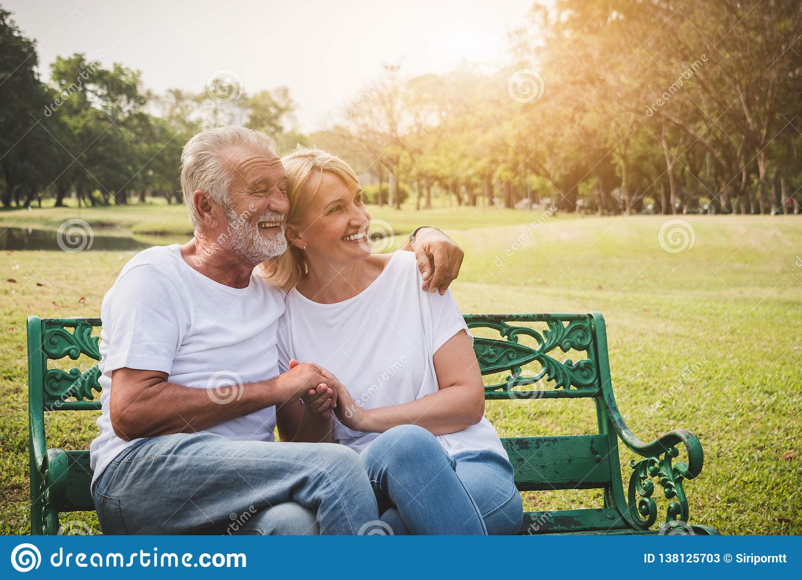 Pares mayores que tienen romántico y relajar tiempo en un parque