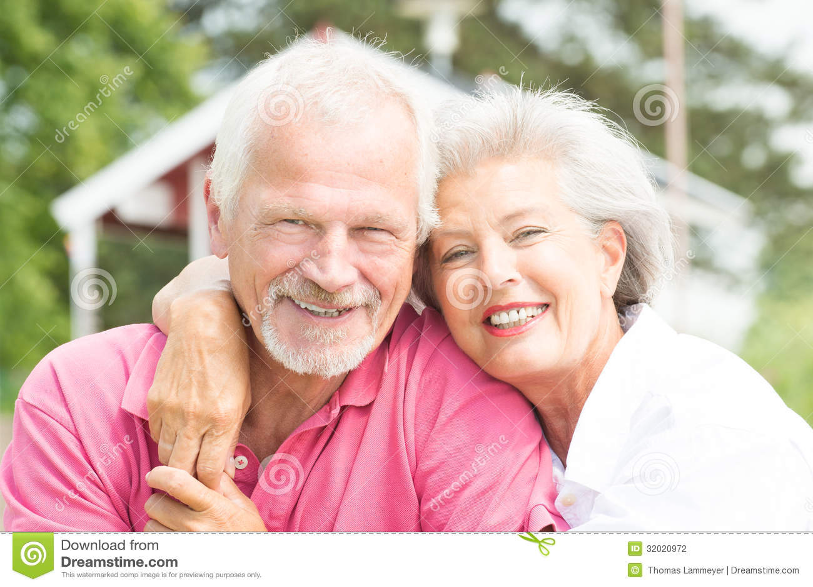 Pares mayores sonrientes