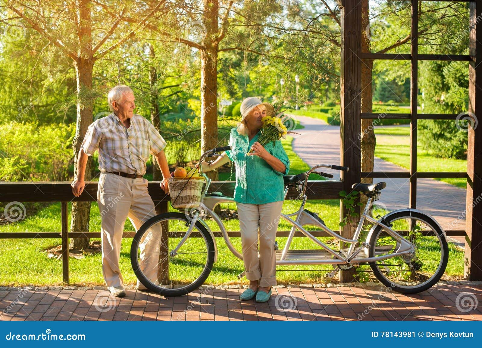 Pares mayores y bicicleta en tándem