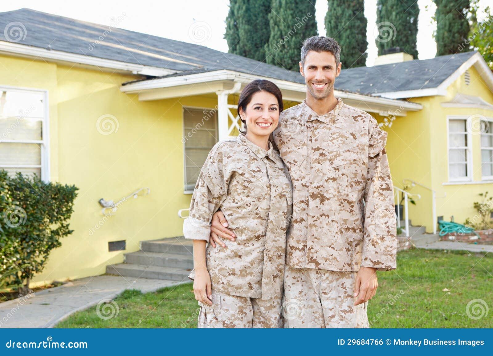 Pares militares en casa exterior derecha uniforme
