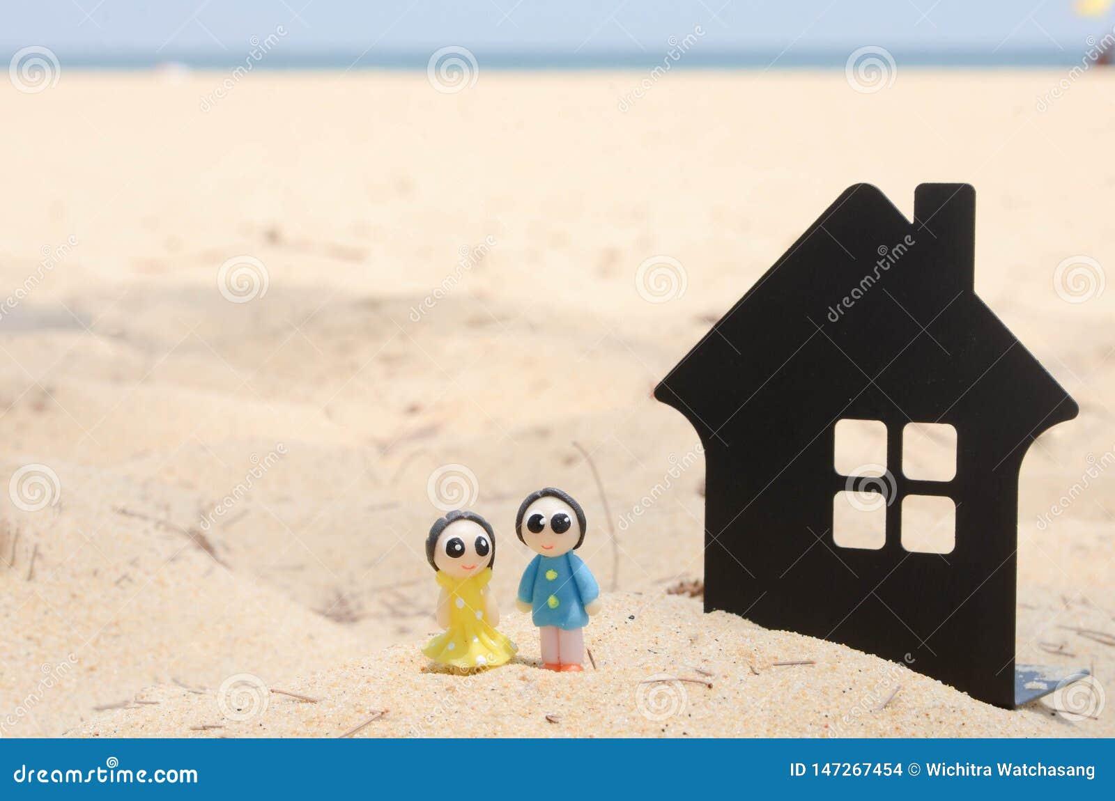 Pares miniatura y casa miniatura en la playa hermosa