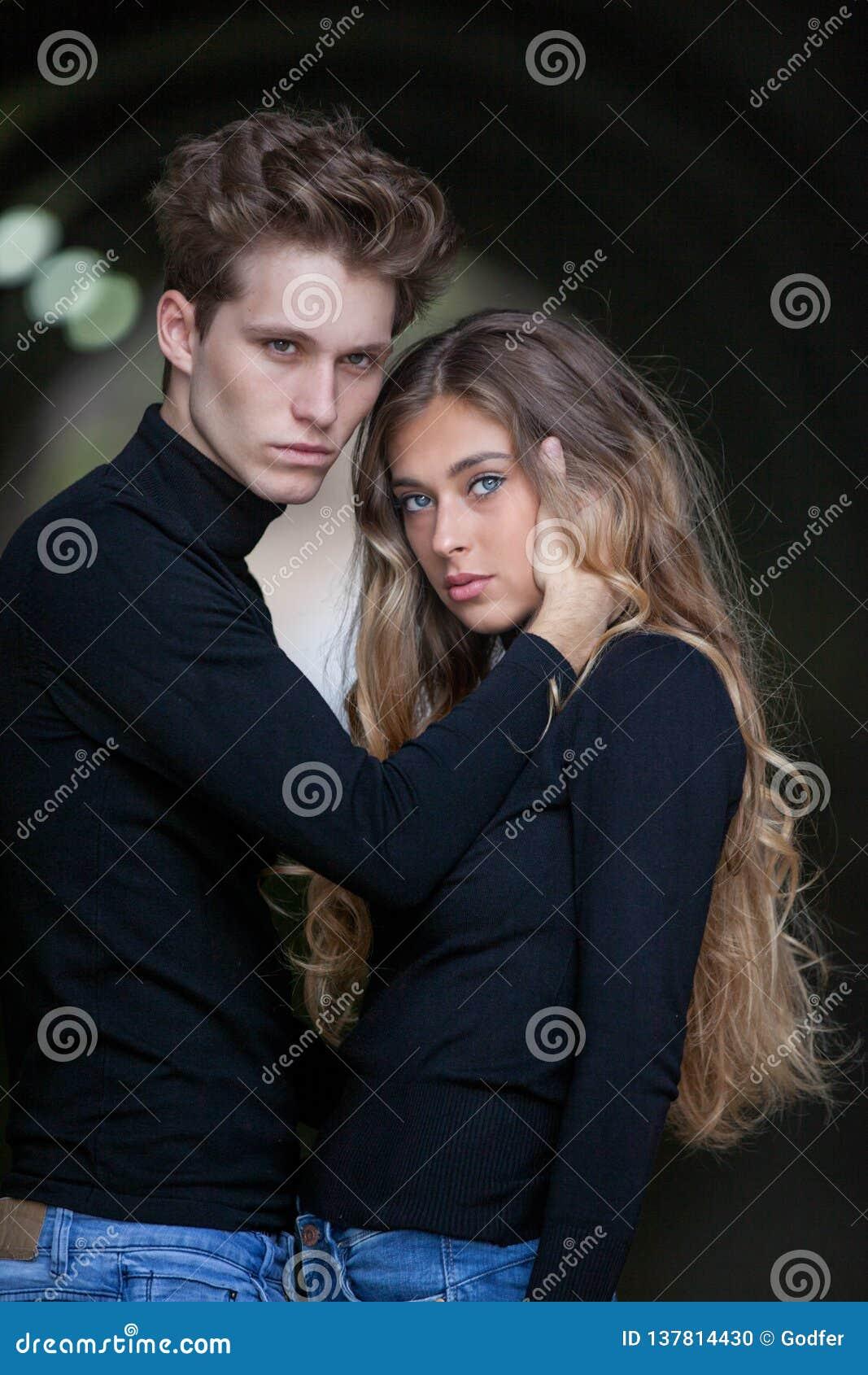 Pares modelo jovenes en el amor que muestra el afecto