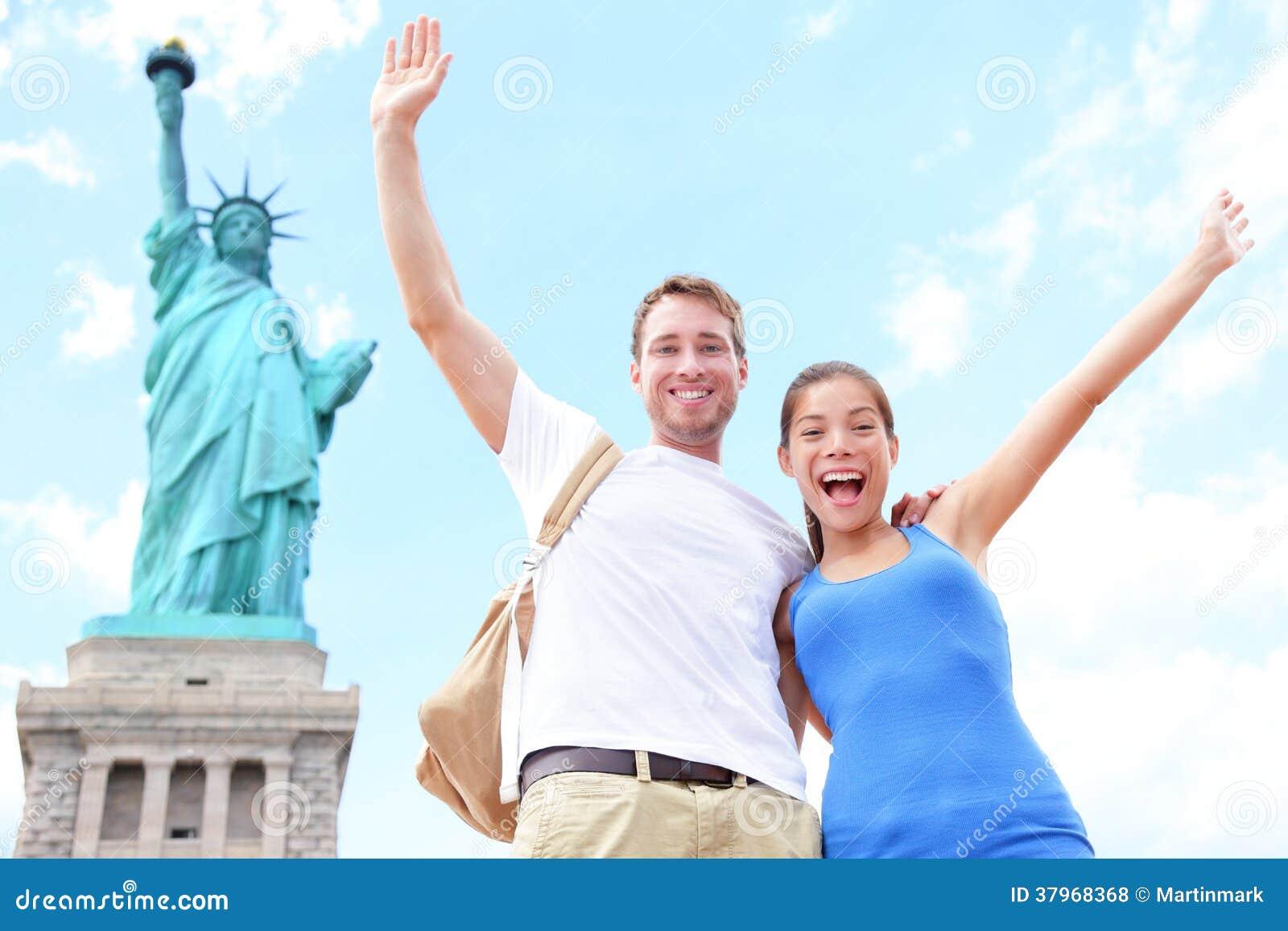 Pares na estátua da liberdade, EUA dos turistas do curso