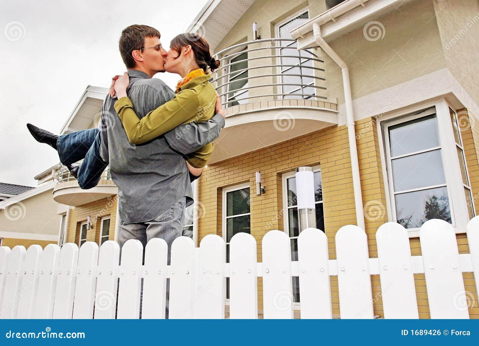 Pares na frente da casa one-family