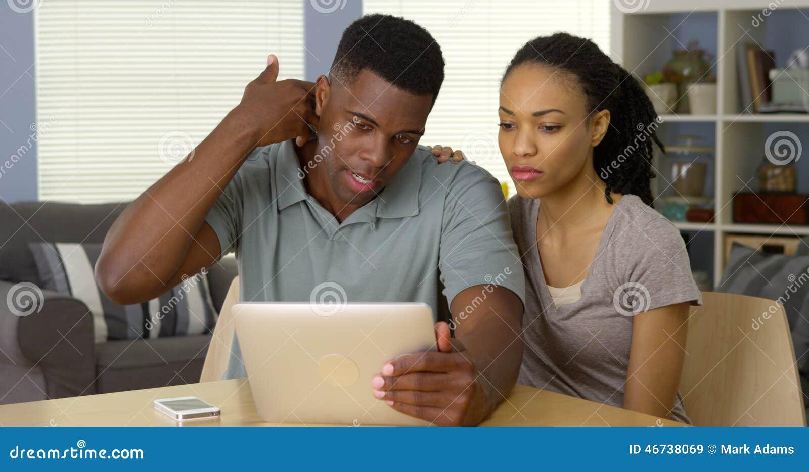 Pares negros que hablan con el doctor sobre dolor de cuello sobre la tableta