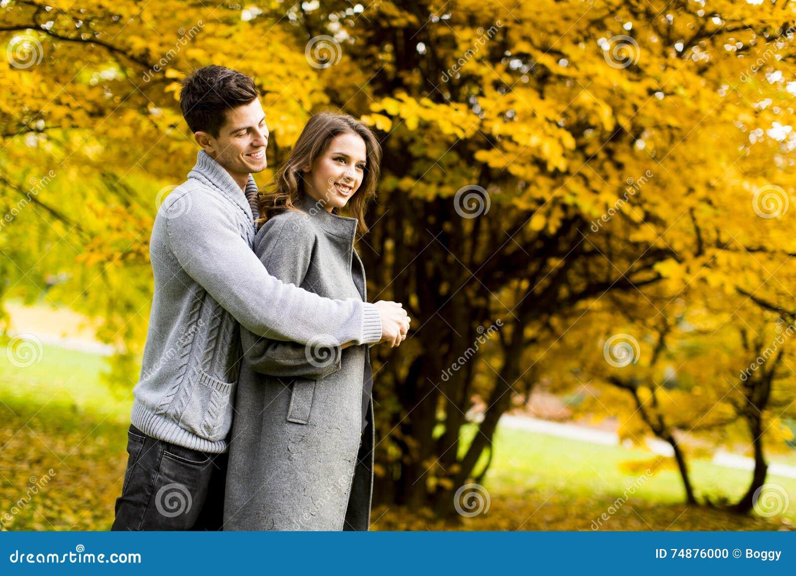 Pares no parque do outono