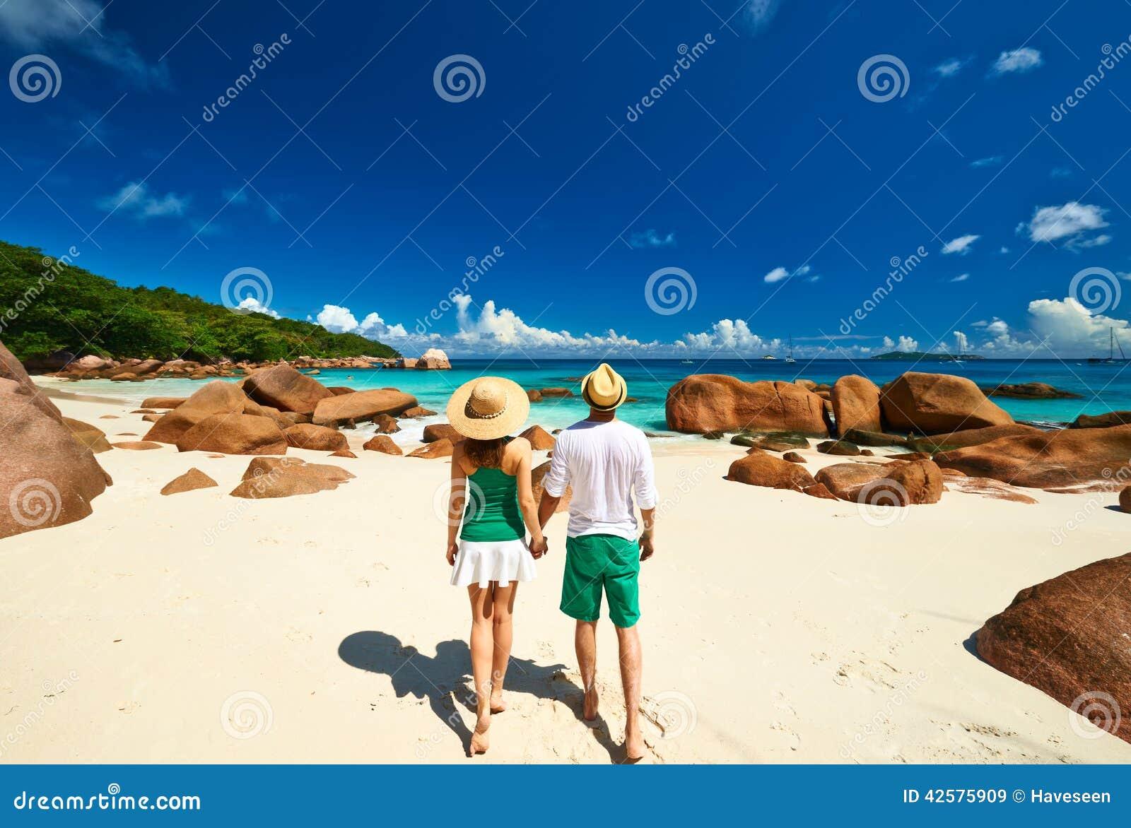 Pares no verde em uma praia em Seychelles