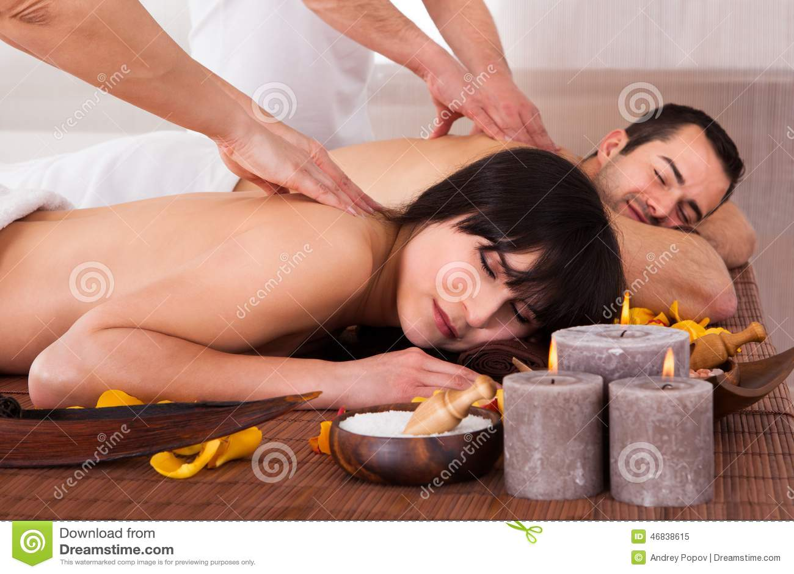 Pares novos bonitos que apreciam a massagem