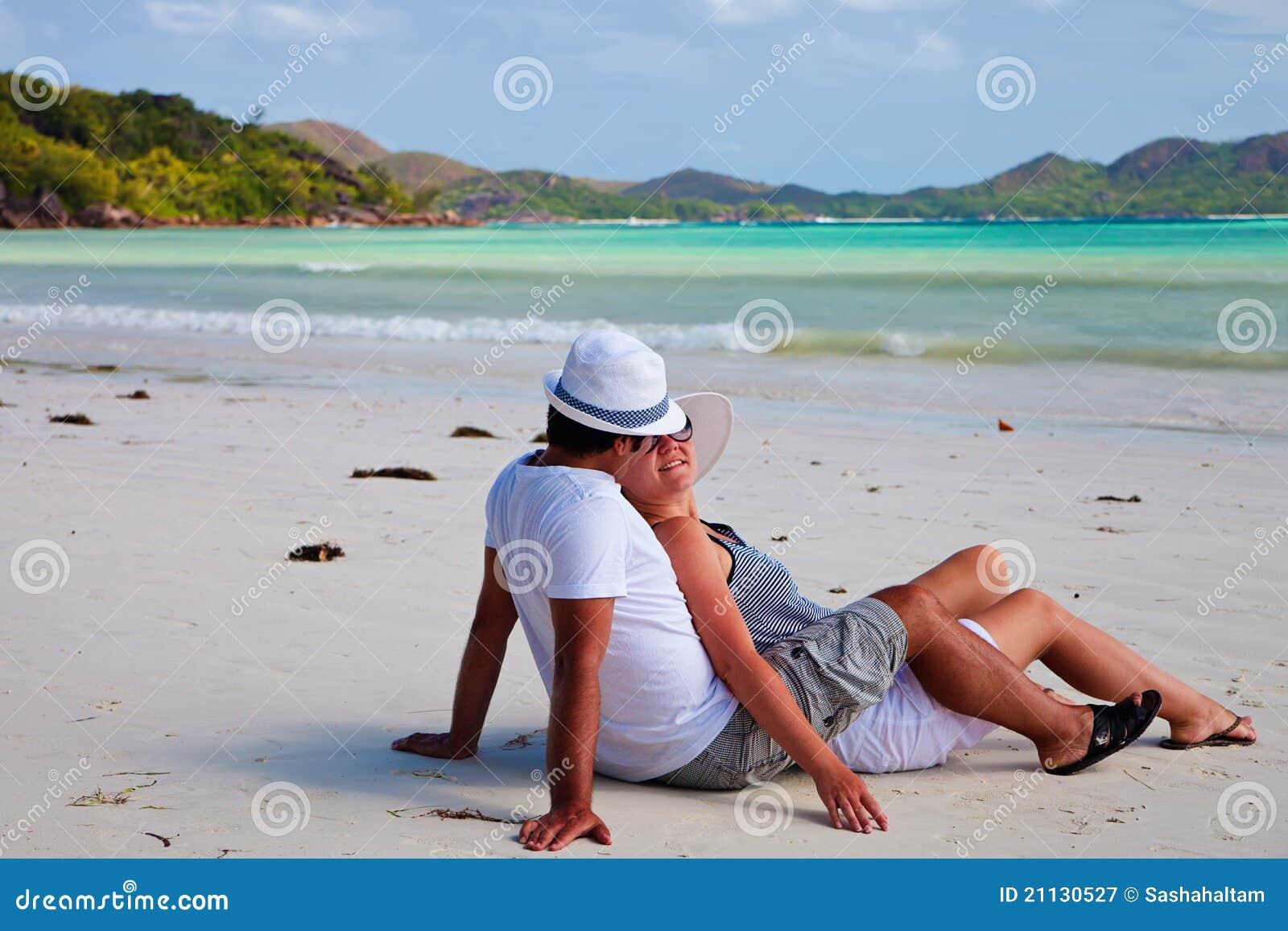 Pares novos em uma praia em Seychelles