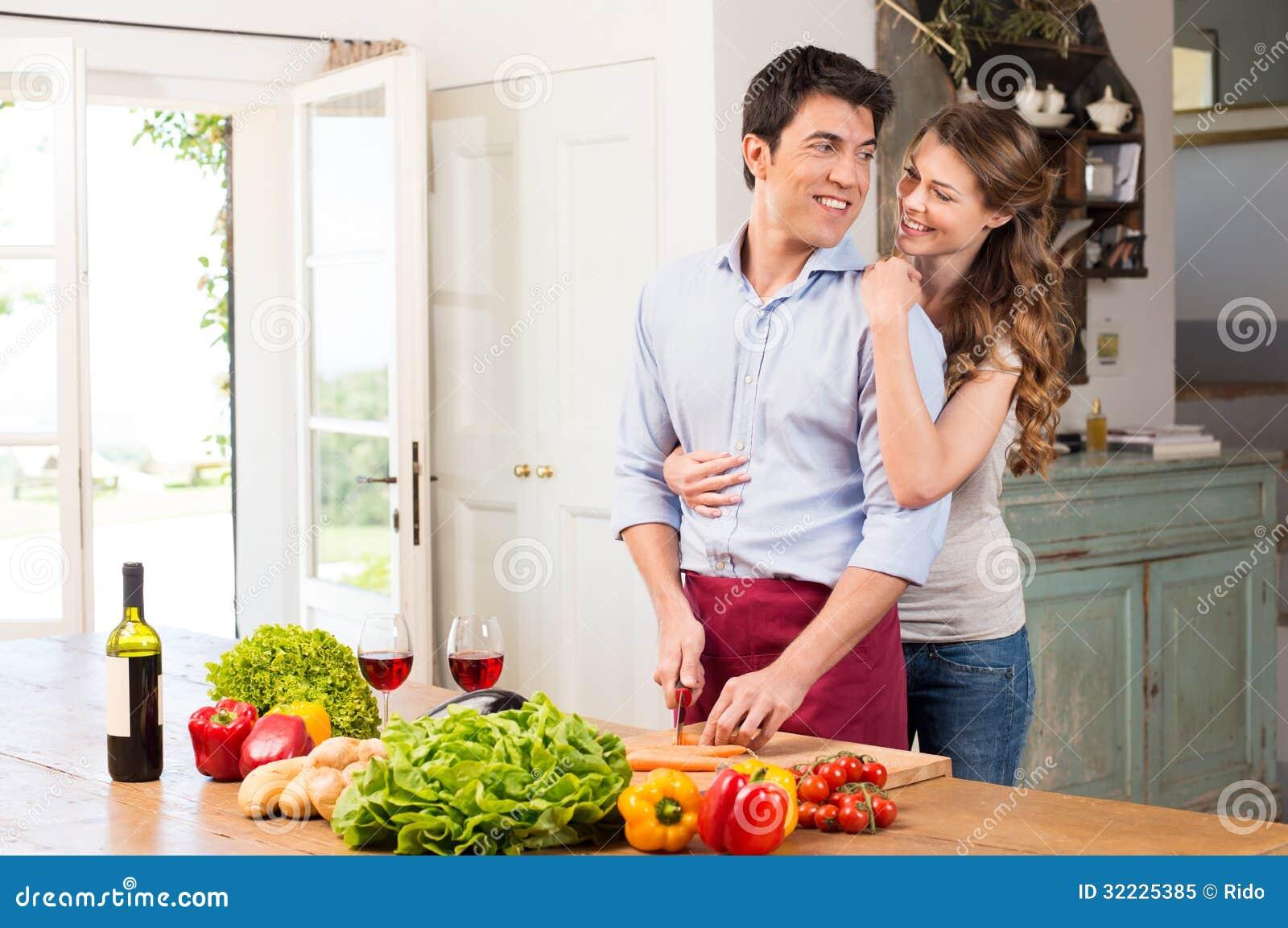 Download Pares Novos Felizes Que Trabalham Na Cozinha Imagem de Stock - Imagem de cozinheiro, cozinhar: 32225385