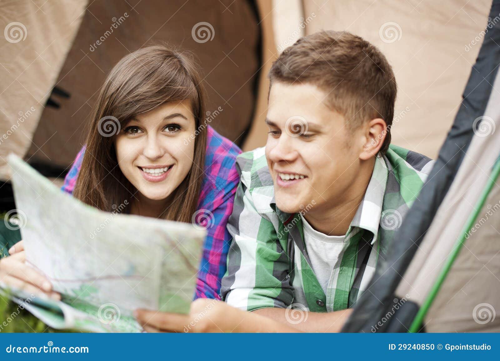 Download Pares novos fora foto de stock. Imagem de fêmea, friendship - 29240850