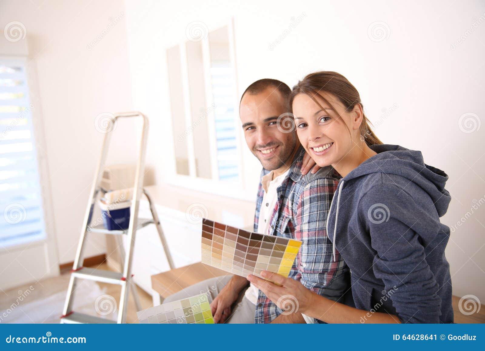 Pares novos na casa nova que decora