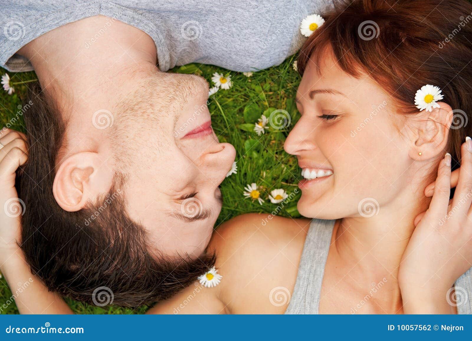 Pares novos no amor ao ar livre