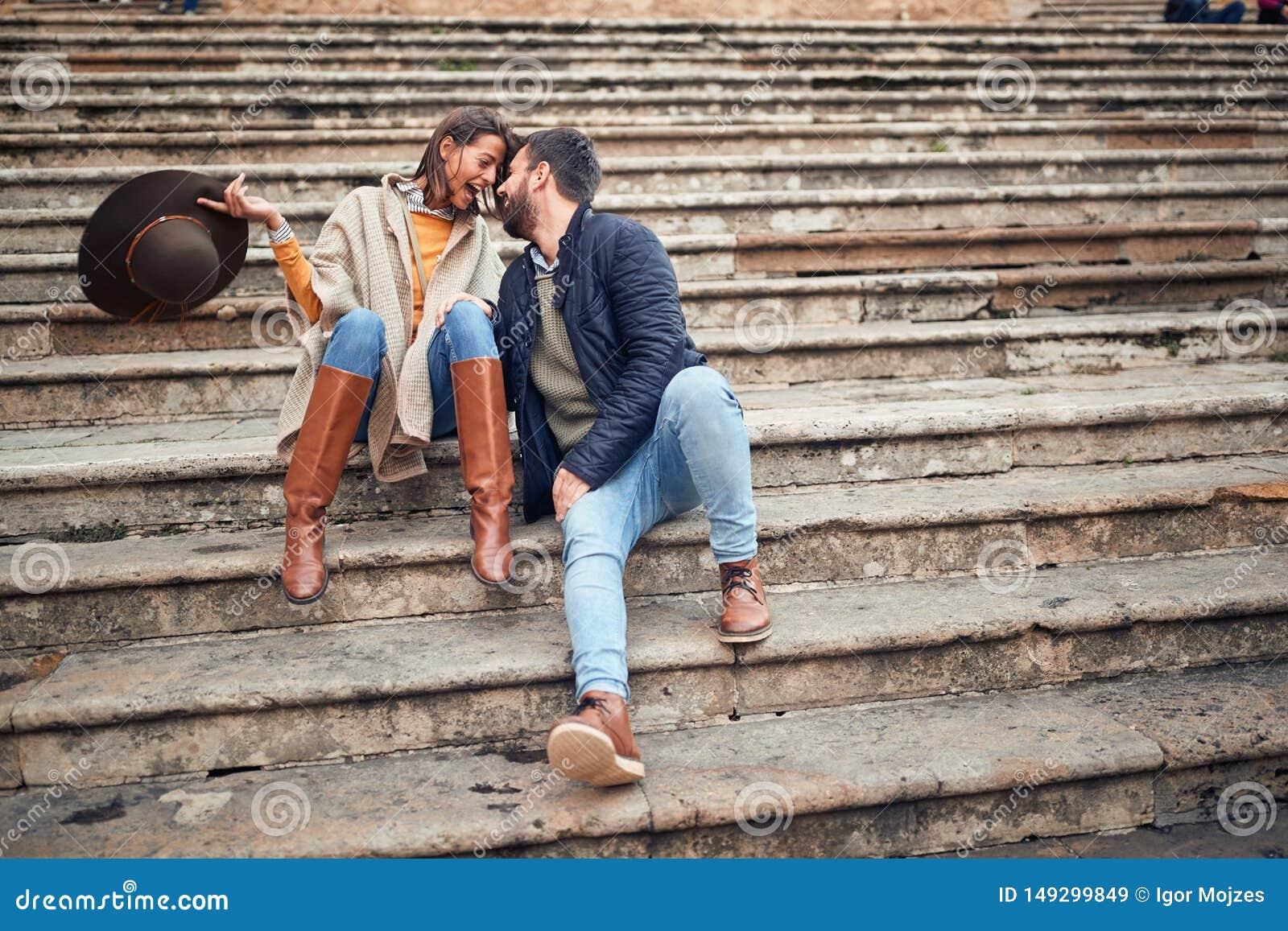 Pares novos no amor que flerta ao apreciar nas f?rias
