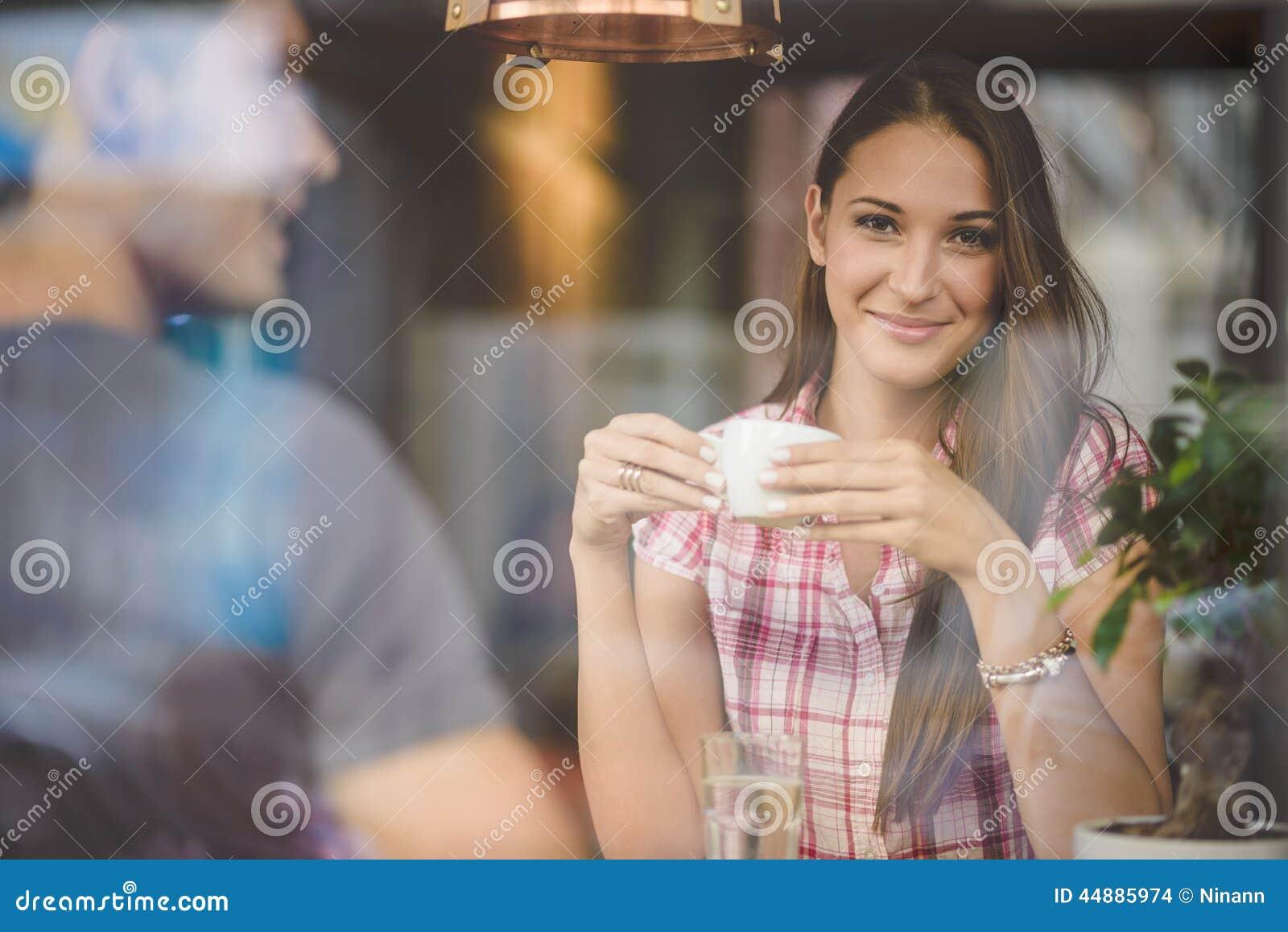 Pares novos no café bebendo da primeira data