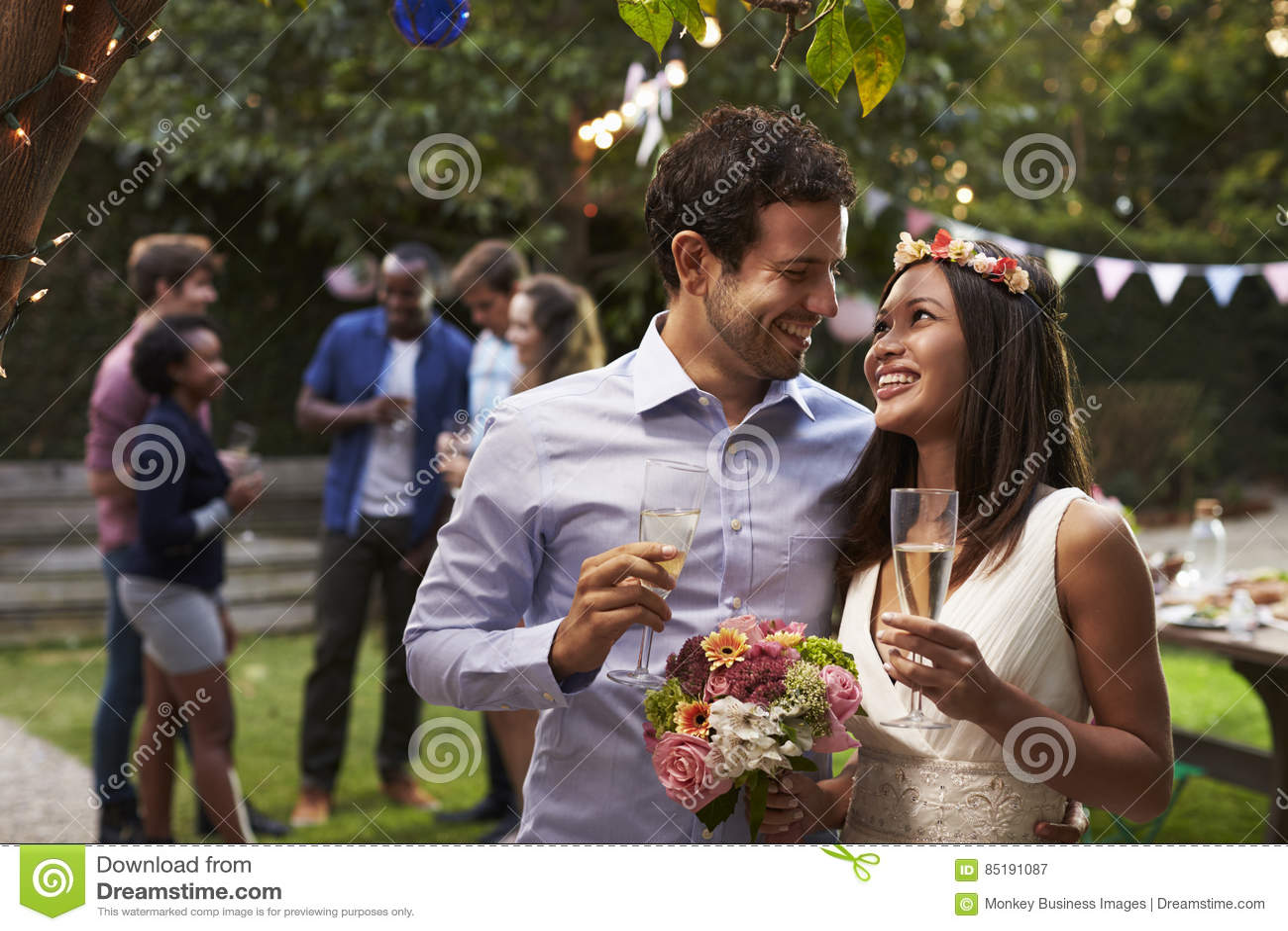 Pares novos que comemoram o casamento com partido no quintal