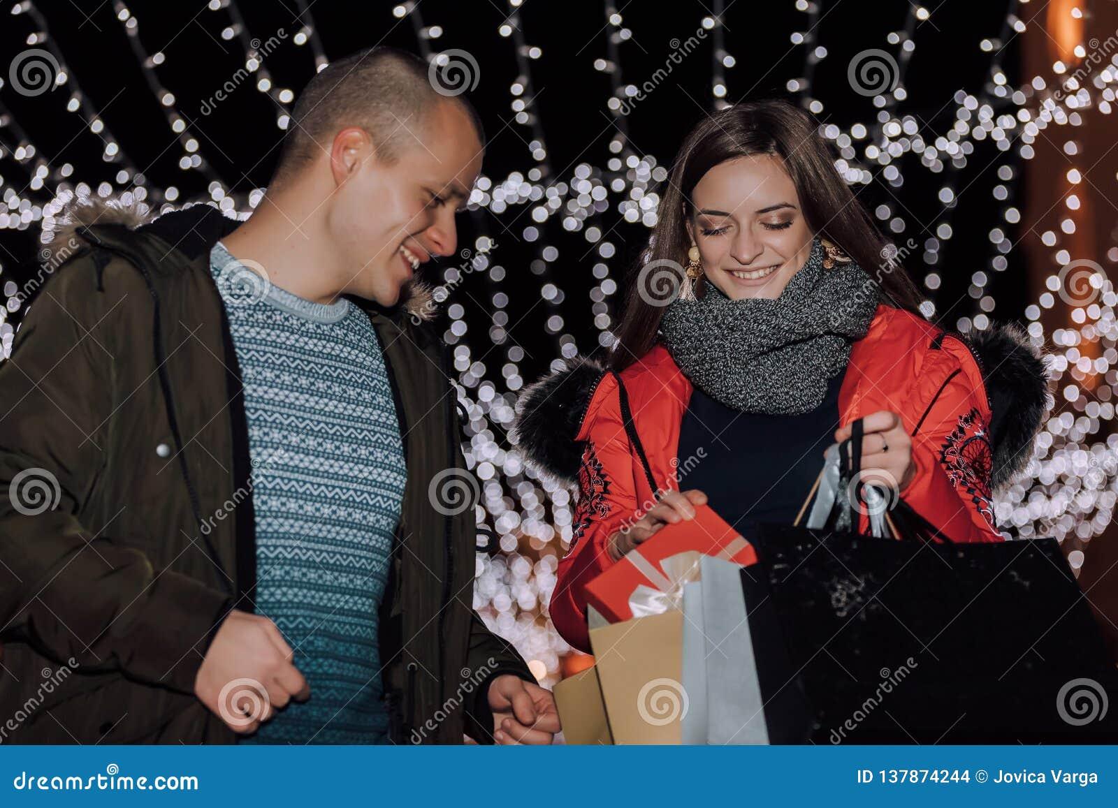 Pares novos que guardam presentes e sacos de compras