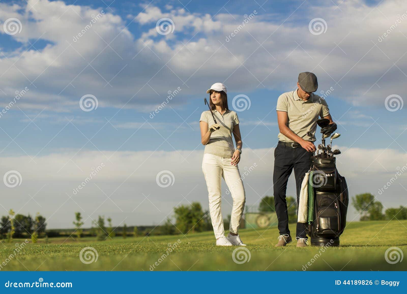Pares novos que jogam o golfe