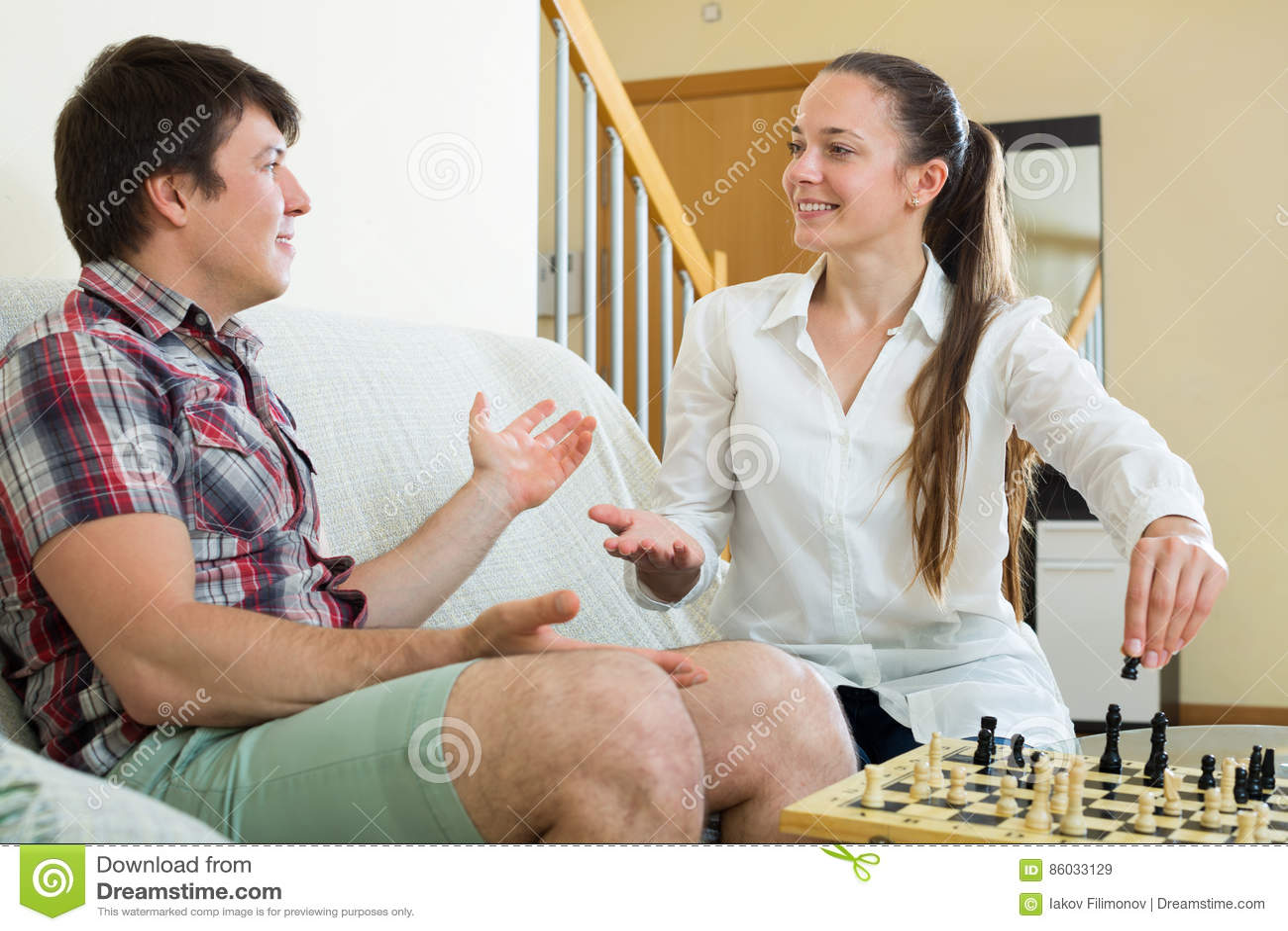 Pares novos que jogam a xadrez