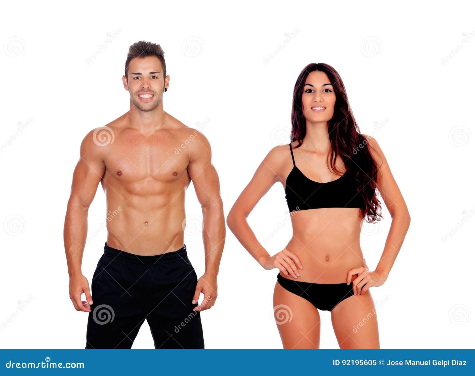 Pares novos que mostram seus corpos perfeitos