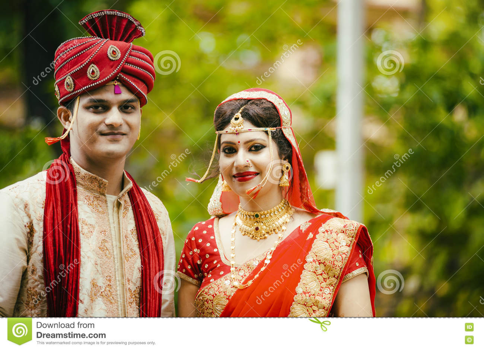 Pares novos tradicionais indianos casados