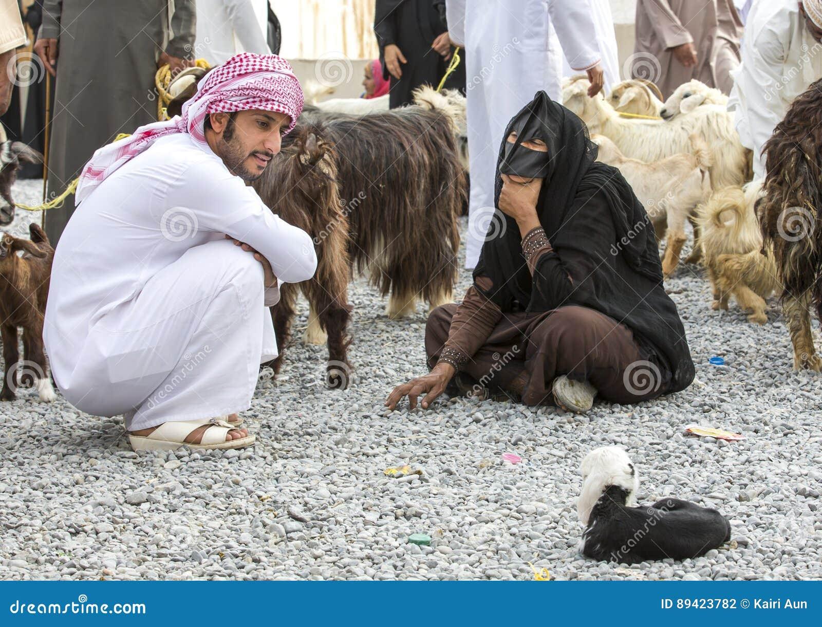 Pares omanenses no mercado da cabra de Nizwa com cabras