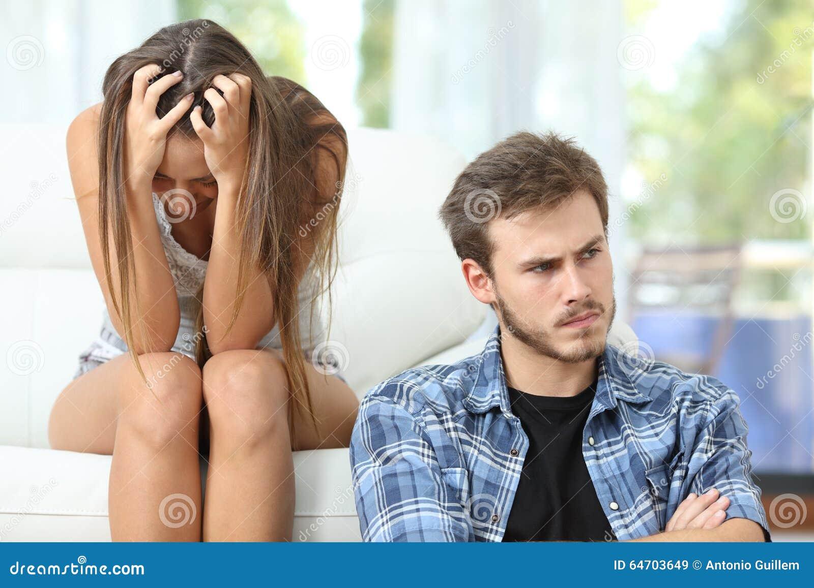 Pares ou união irritados e tristes após o argumento