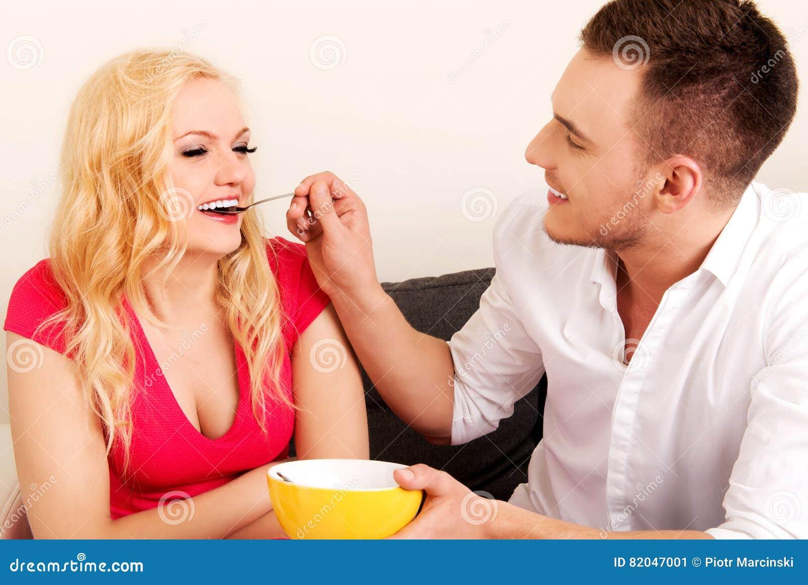 Pares preciosos que comen junto a partir de un cuenco