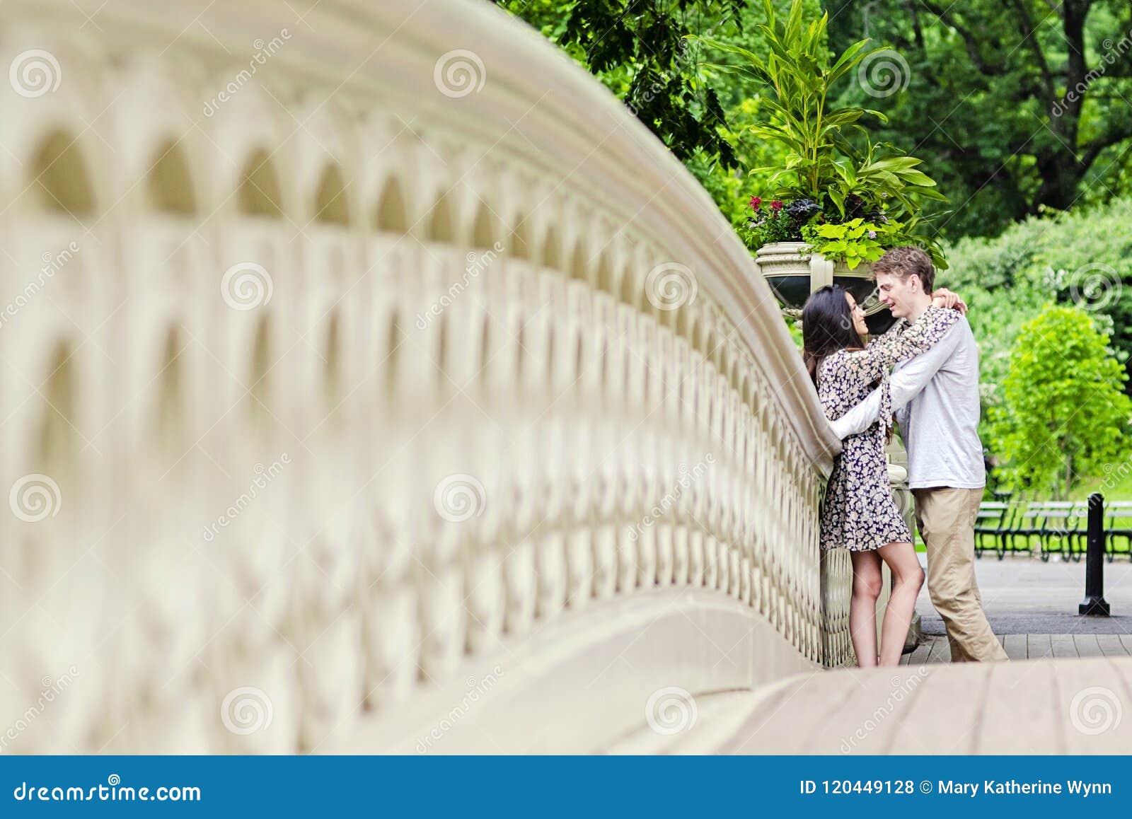 Pares que abrazan en Central Park en New York City