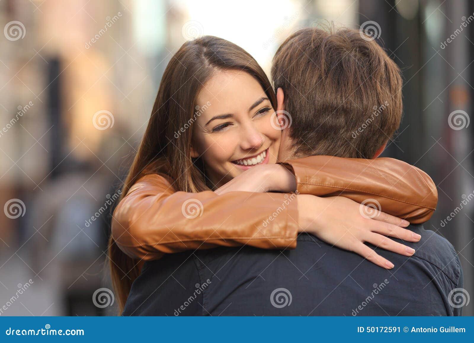 Pares que abrazan en la calle