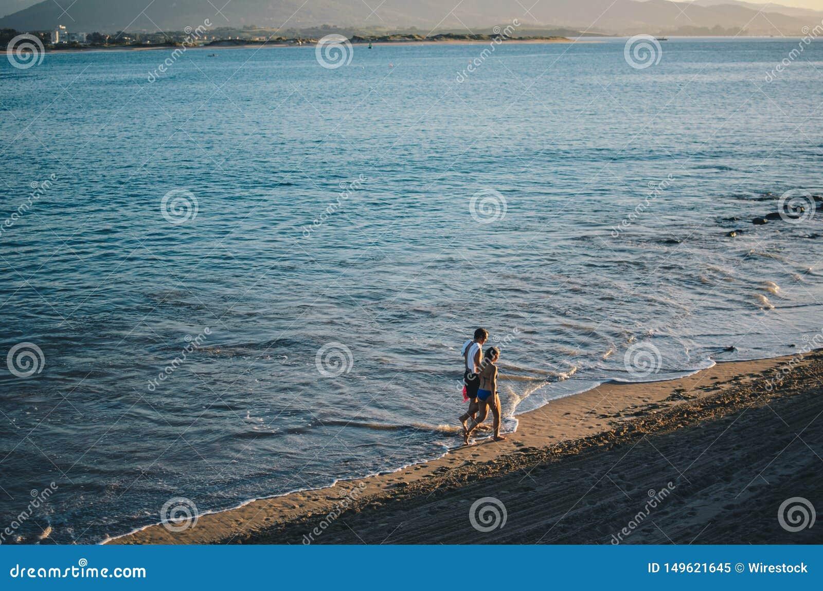 Pares que andam ao lado da praia