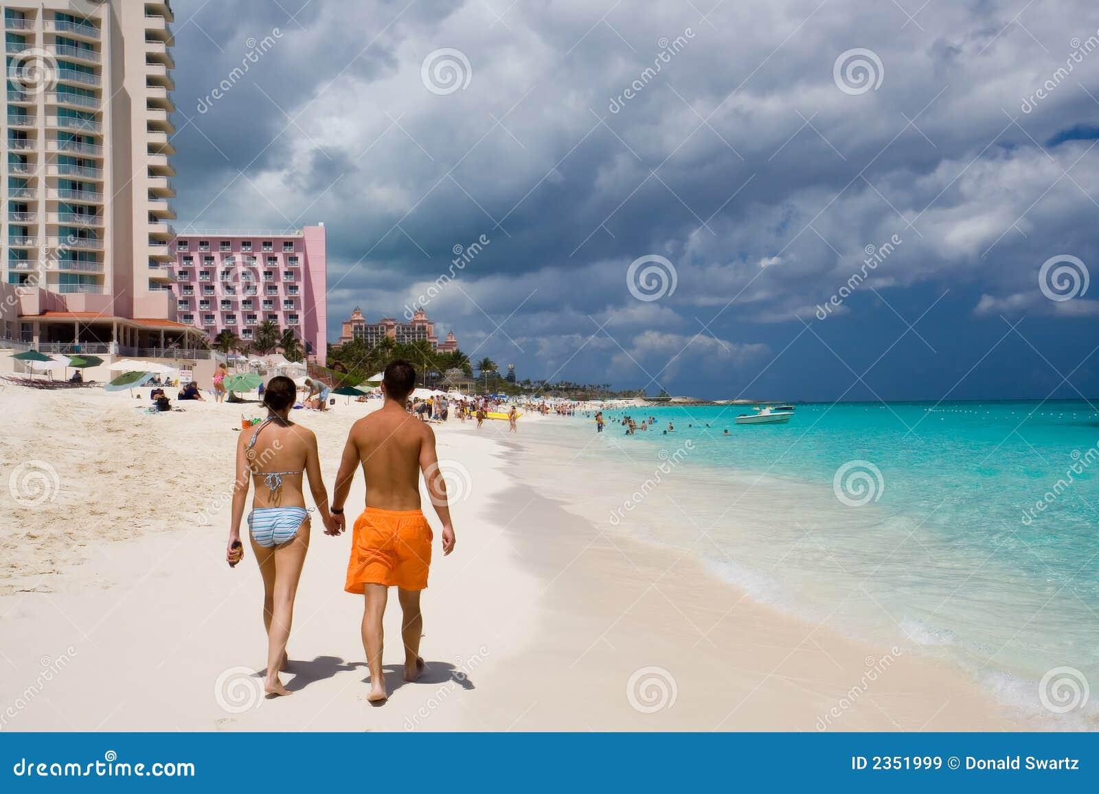 Pares que andam ao longo da praia