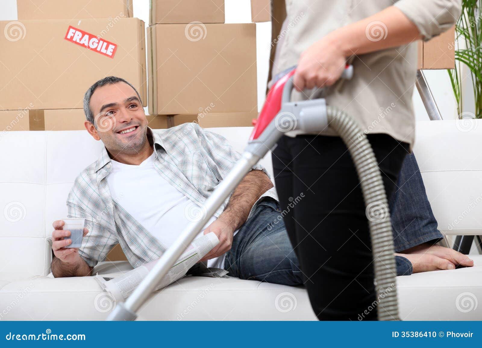 Pares que arreglan su nuevo apartamento