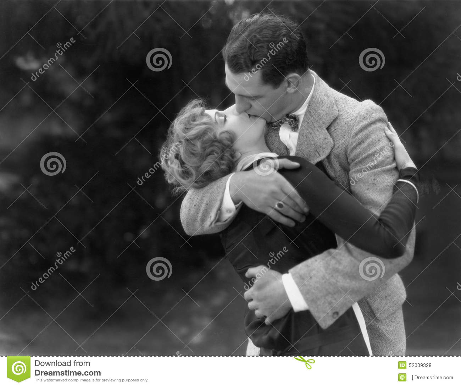 Pares que beijam passionately (todas as pessoas descritas não são umas vivas mais longo e nenhuma propriedade existe Garantias do